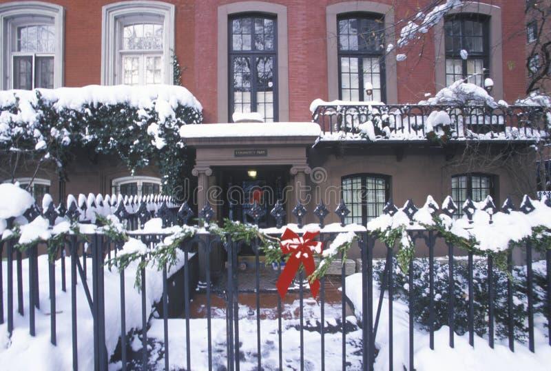 Juldekoren på historiskt hem av Gramercy parkerar efter vintersnöstorm i Manhattan, NY fotografering för bildbyråer