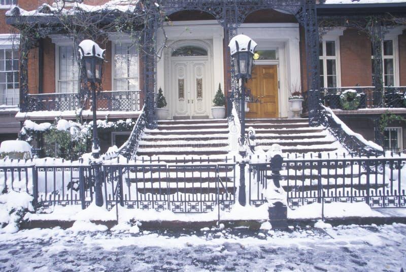 Juldekoren på historiskt hem av Gramercy parkerar efter vintersnöstorm i Manhattan, NY arkivfoton