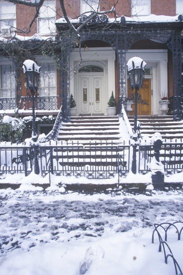 Juldekoren på historiskt hem av Gramercy parkerar efter vintersnöstorm i Manhattan, NY royaltyfri bild