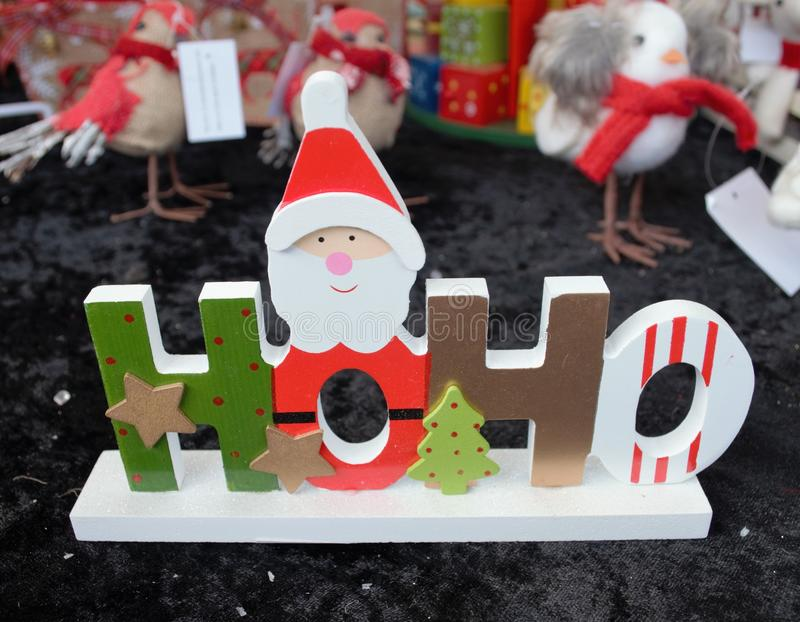 Juldekorerade den träHoHo Santa Claus gåvan med stjärnor och arkivbilder