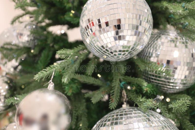 Juldekretet Isolerade helgdekorationer royaltyfri foto