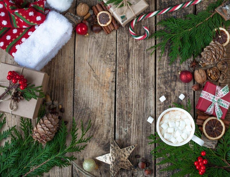 Juldesignjul Julsammansättning på trätappningbakgrund, med varma drinkar, kakao, kaffe eller varm choklad w fotografering för bildbyråer