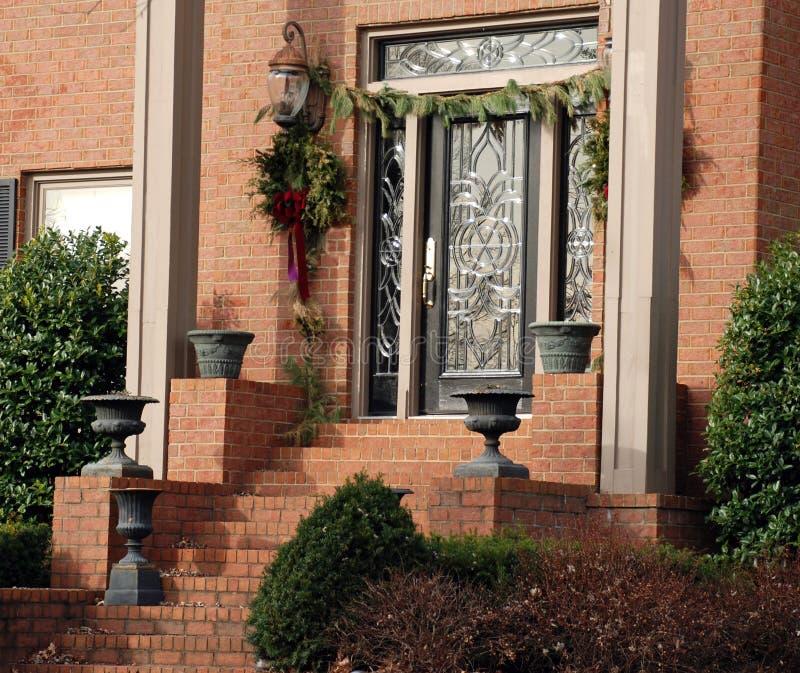 julen dekorerade dörren arkivfoto