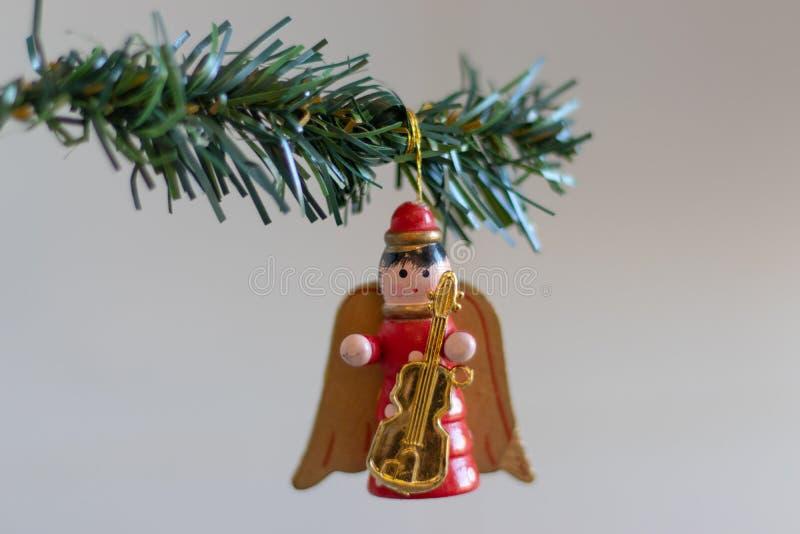 julen dekorerar nya home idéer för garnering till Ängel med en gitarr som hänger på en grön julgranfilial arkivbild