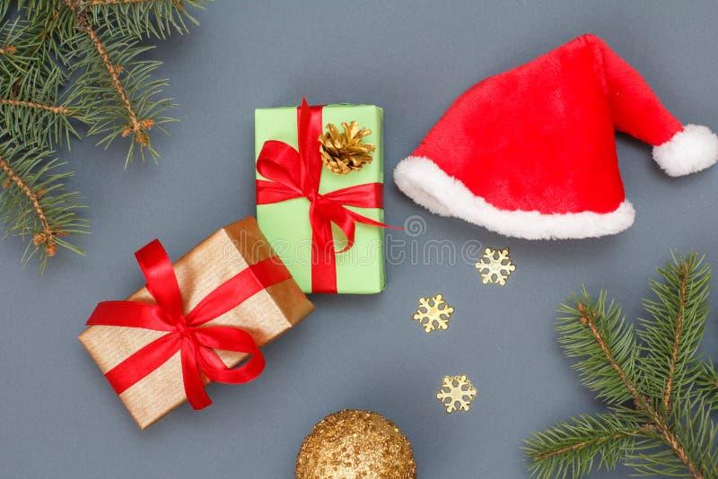 julen dekorerar nya home idéer för garnering till Gåvaaskar, jultomten hatt, leksakboll, dekorativa snöflingor och naturliga gran arkivfoto
