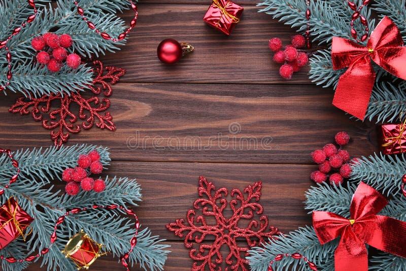 julen dekorerar nya home idéer för garnering till Gran-träd filial med bollar, gåvor och pilbågar på en brun bakgrund arkivbilder