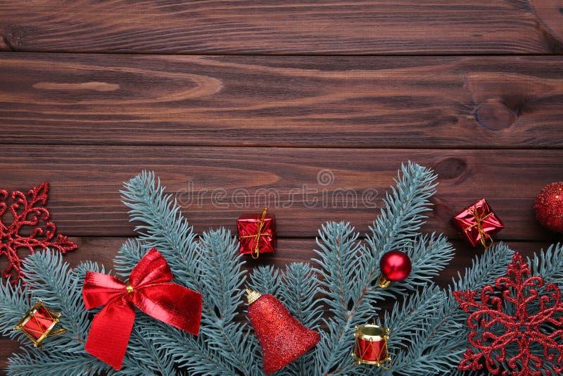 julen dekorerar nya home idéer för garnering till Gran-träd filial med röda bollar, små gåvor och pilbågar på brunt arkivfoton