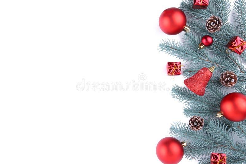 julen dekorerar nya home idéer för garnering till Gran-träd filial med röda bollar, små gåvor och pilbågar som isoleras på vit arkivbild