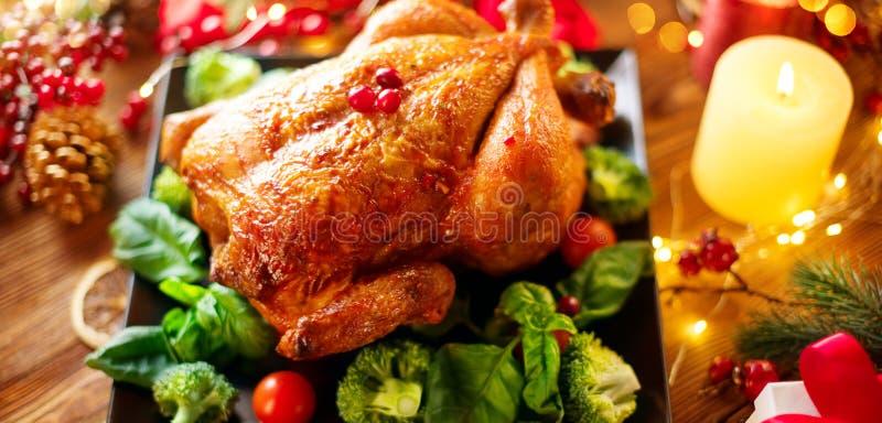 julen dekorerar nya home idéer för matställe till Grillad höna på ferie tjänade som tabellen som dekorerades med gåvor och brinna royaltyfri foto
