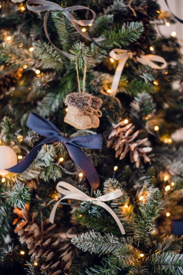 julen kopierar treen för avstånd för den stora prydnaden för garneringfokusguld den röda Leksaken stack filt-kängor och tappningp royaltyfri bild