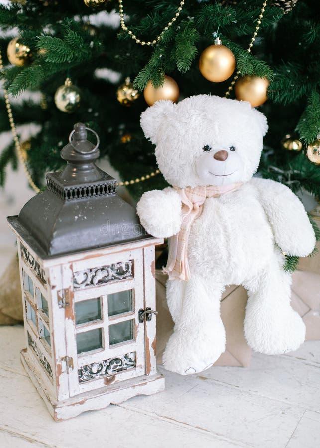 julen kopierar treen för avstånd för den stora prydnaden för garneringfokusguld den röda Leksakbjörn och liten lampa nära ett cri arkivfoto
