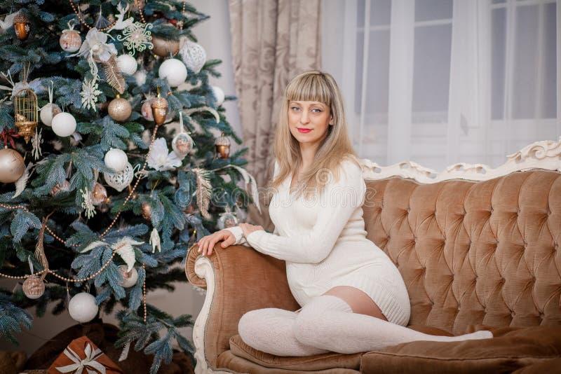 julen near den gravida treekvinnan royaltyfria bilder