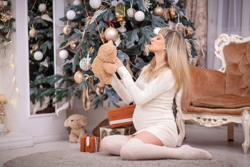 julen near den gravida treekvinnan royaltyfri bild