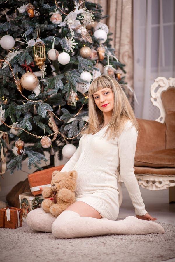 julen near den gravida treekvinnan royaltyfri fotografi