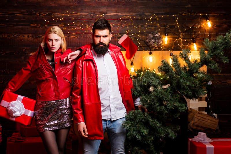 julen returnerar treen Familj för nytt år med julklappgåvan framme av julgranen Stilig skäggig hipster royaltyfria foton