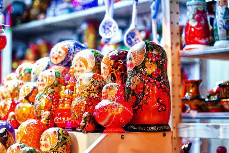 Julförsäljning av ryska souvenir på den röda fyrkanten av Kreml royaltyfri bild