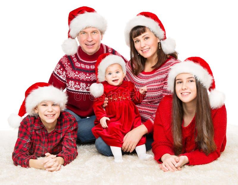 Julfamiljen Portrait, föräldrar och barn i Red Santa Hats, fem personer i vitt royaltyfria bilder