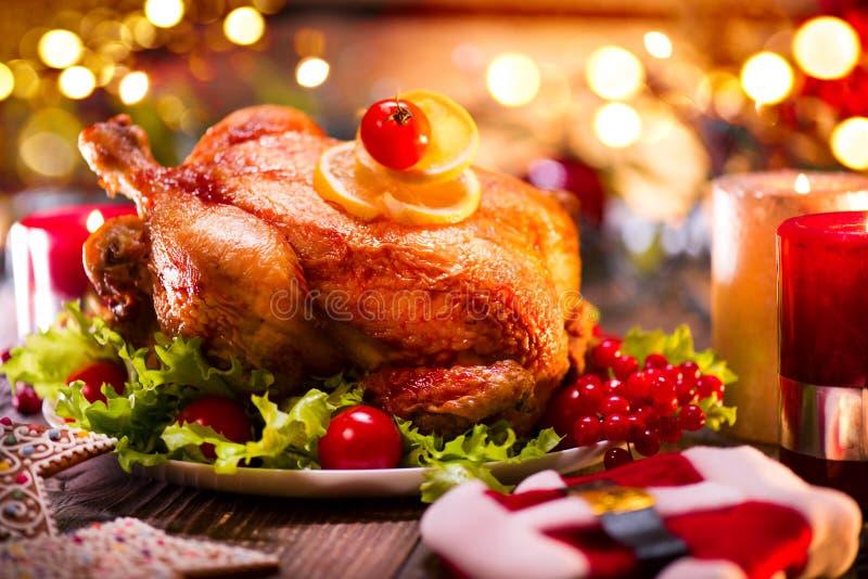 Julfamiljmatställe Dekorerad tabell för jul ferie med kalkon arkivfoto