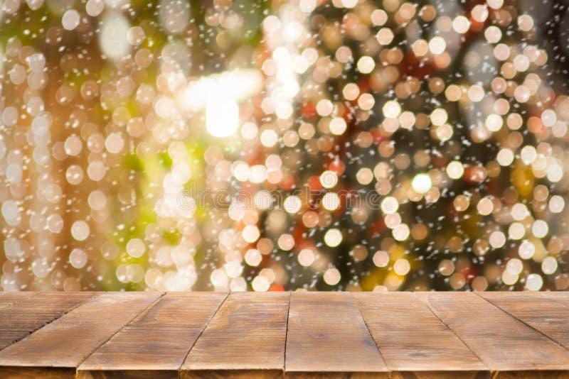 Julferiebakgrund med den tomma trätabellöverkanten över festligt bokehljus royaltyfri fotografi
