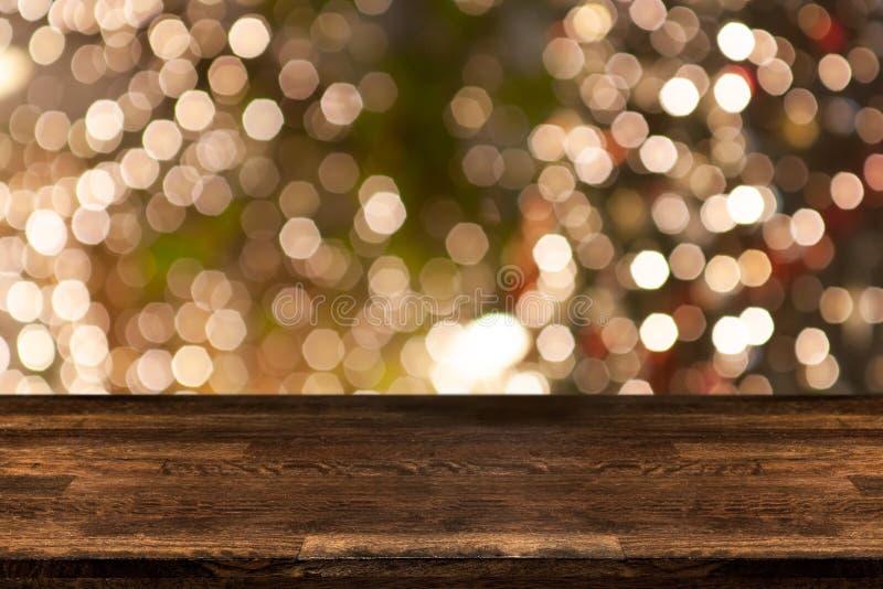Julferiebakgrund med den tomma trätabellöverkanten över festligt bokehljus arkivfoto