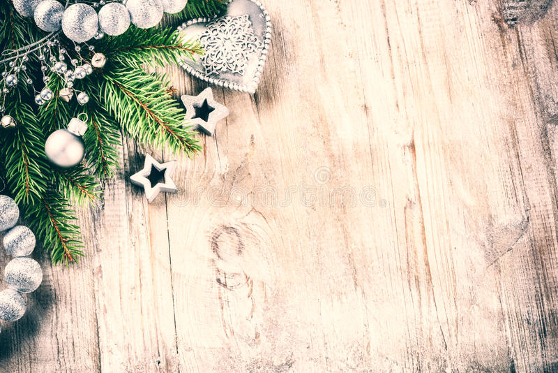 Julferieinställning med retro garneringar i silversignal royaltyfri fotografi
