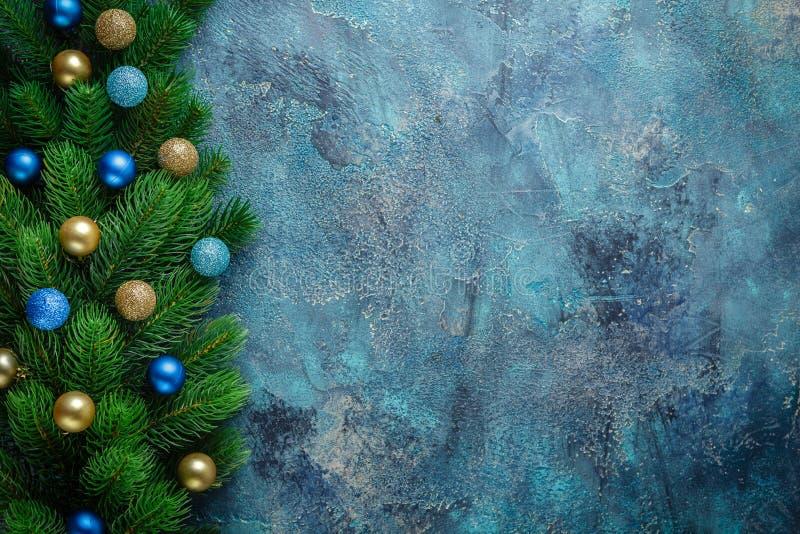 Julferieram med blåa festliga garneringar och guld- struntsaker på gammal blå bakgrund Julbakgrund med kopian royaltyfri fotografi
