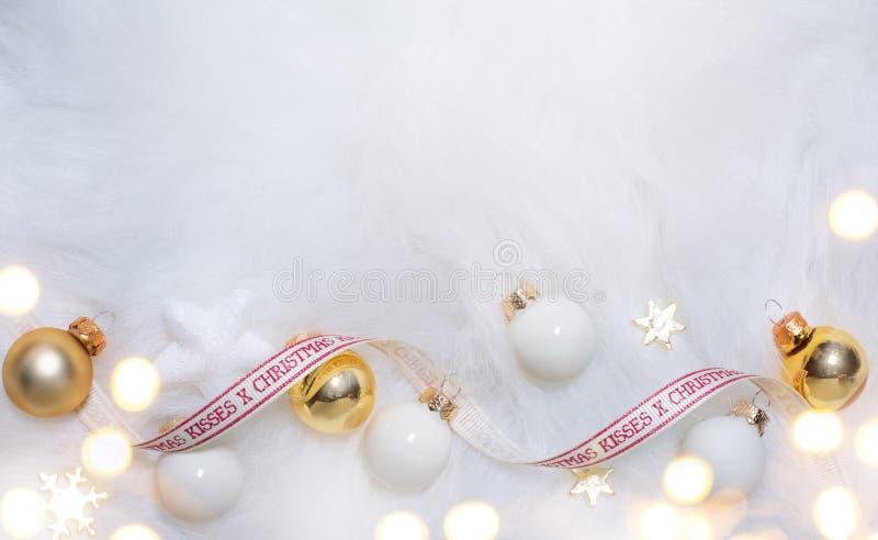 Julferiesammansättning på vit pälsbakgrund med kopian royaltyfria foton