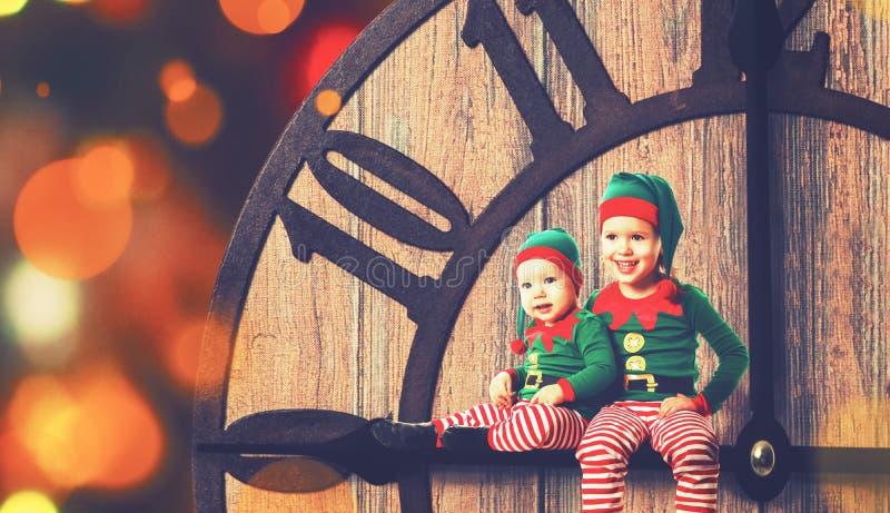 Julfilial och klockor Liten hjälpreda för älva två av jultomten royaltyfria foton
