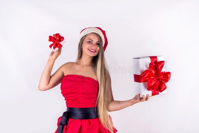 Julfilial och klockor Nätt flicka som bär den isolerade röda asken för gåva för klänninginnehavgåva royaltyfri bild