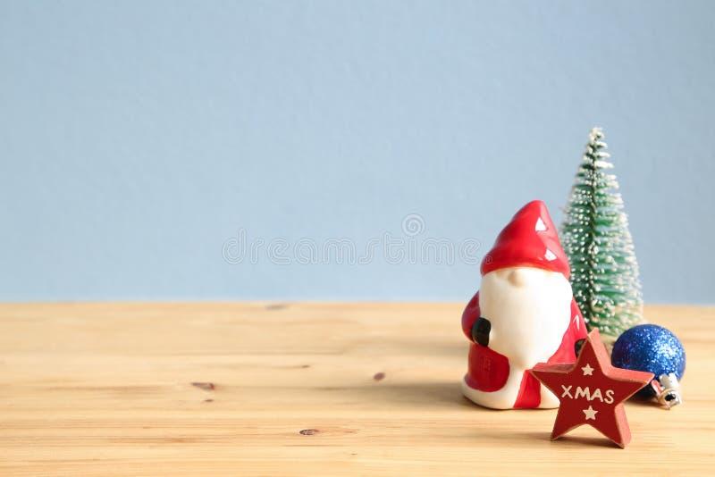 Julfilial och klockor Santa Claus struntsak, sörjer trädet, stjärnaprydnad på trätabellen royaltyfri fotografi