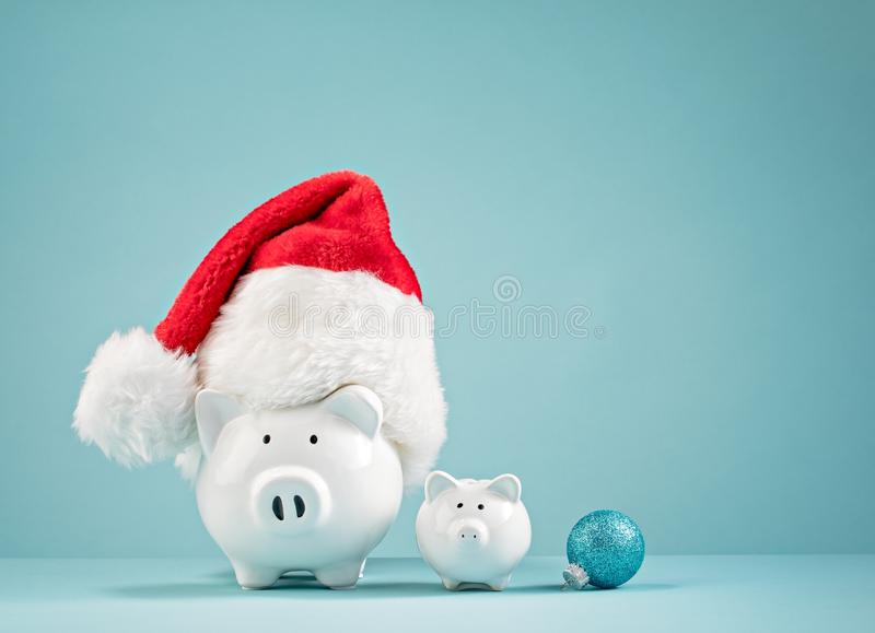 Julfinansspargris som bär den santa hatten royaltyfri bild