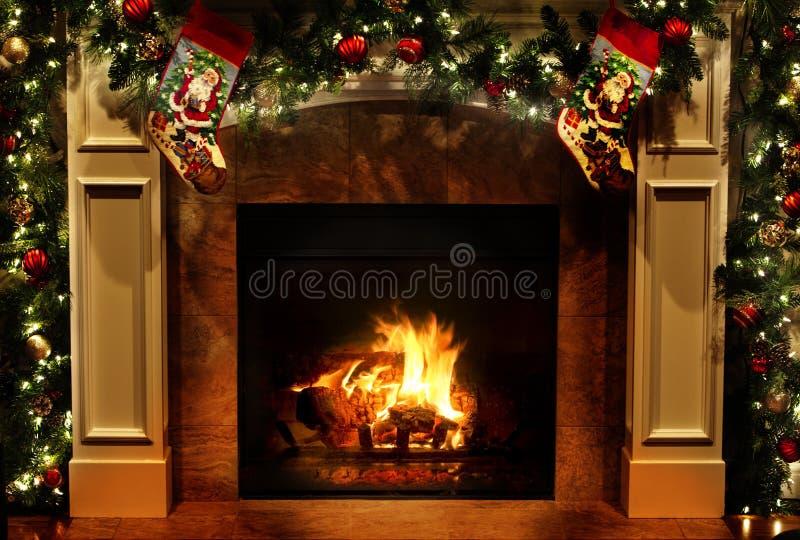 Julfireplace med Garlands och Stockings arkivfoton