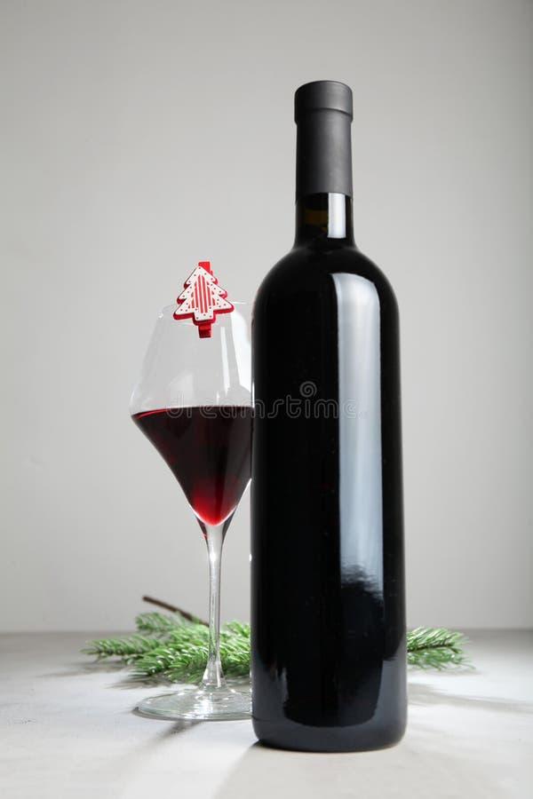 Julflaska av vin, vinterferier royaltyfri bild