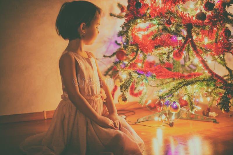 julflicka little near tree fotografering för bildbyråer