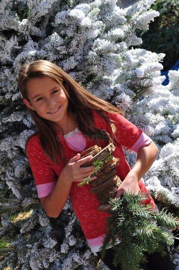 julflicka som ler mycket treen royaltyfri bild