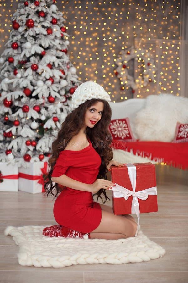 Julflickastående i vinterhatt Härlig santa kvinna pre royaltyfri bild