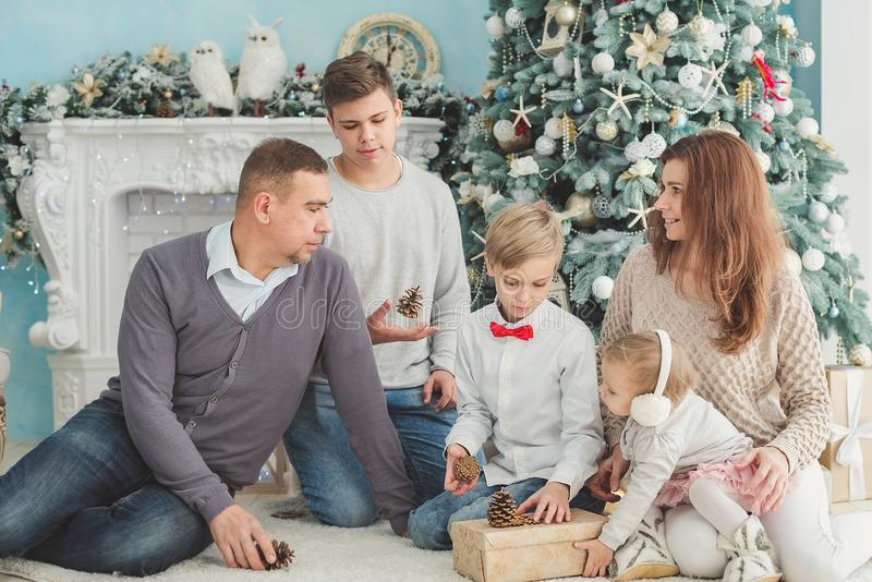 Julfoto av den stora familjen Gl?dje- och lyckabegrepp stående av sammankomsten för stor familj sitta på golvet som får gåvor, royaltyfria bilder