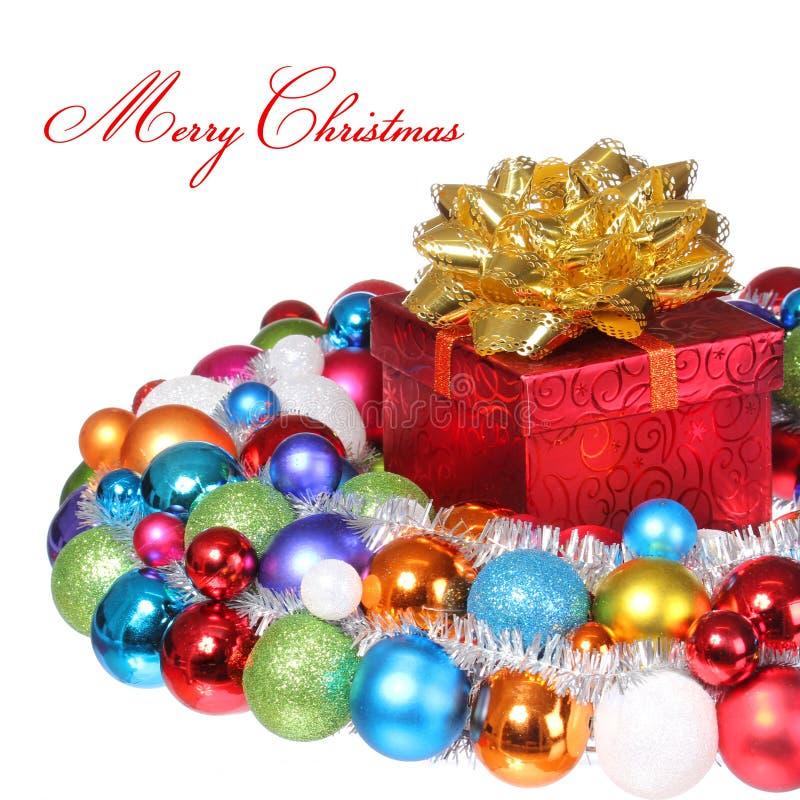 Julgåva med den guld- pilbågen och färgrika bollar som isoleras på whit royaltyfri fotografi