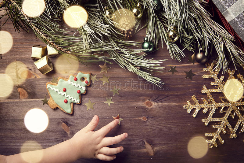 Julgåva och bollar på en trätabell Signalljus och snöflinga royaltyfri foto