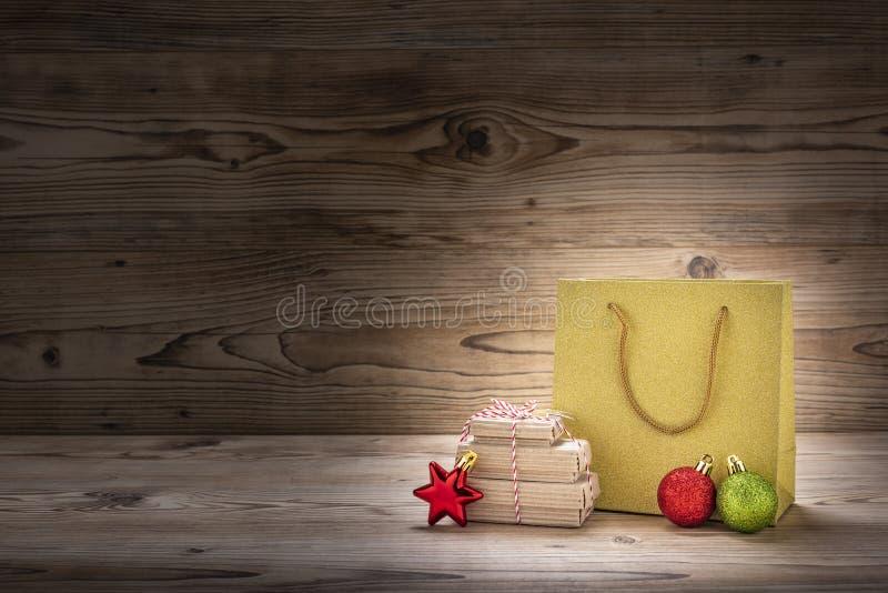 Julgåva- och julgarnering med en shoppa påse arkivbilder