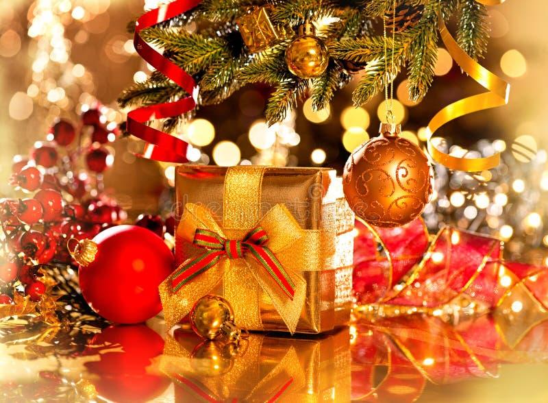 Julgåvaask och baubles royaltyfria foton