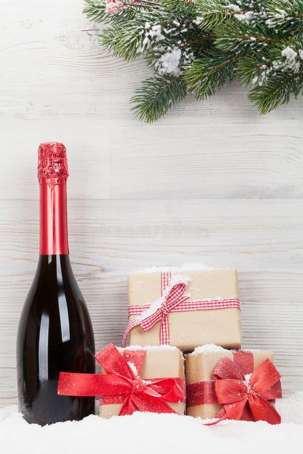 Julgåvaaskar, champagneflaska arkivbilder