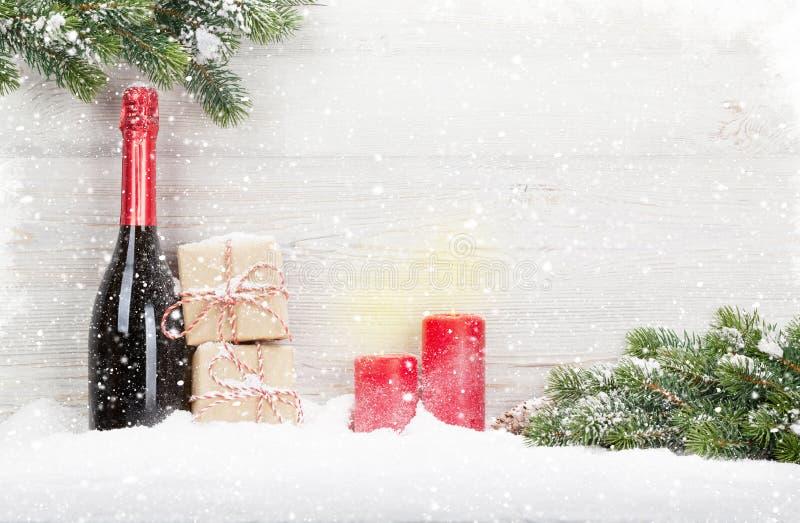 Julgåvaaskar, champagneflaska arkivfoto