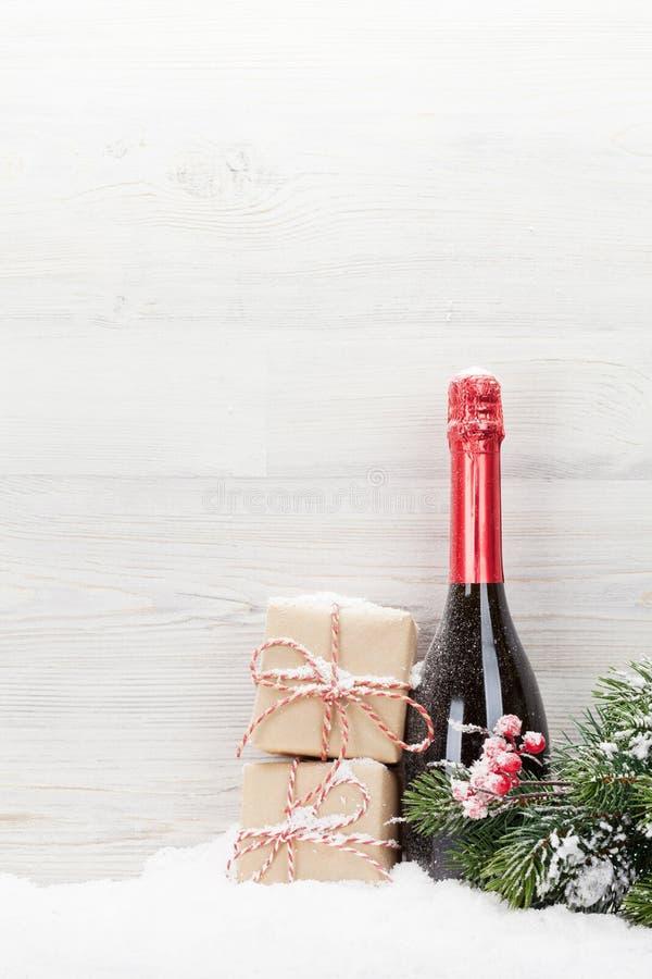Julgåvaaskar, champagneflaska fotografering för bildbyråer