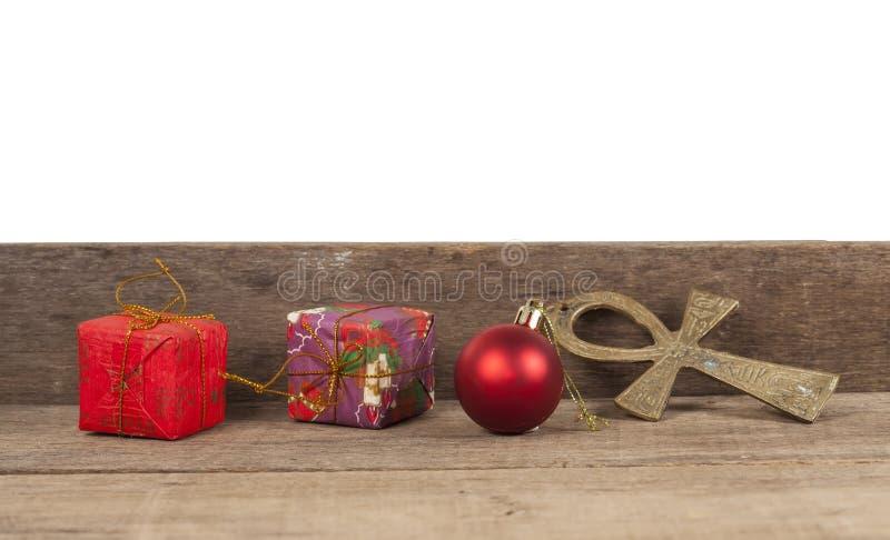 Julgåvaaskar, dekor framme av trä royaltyfria bilder