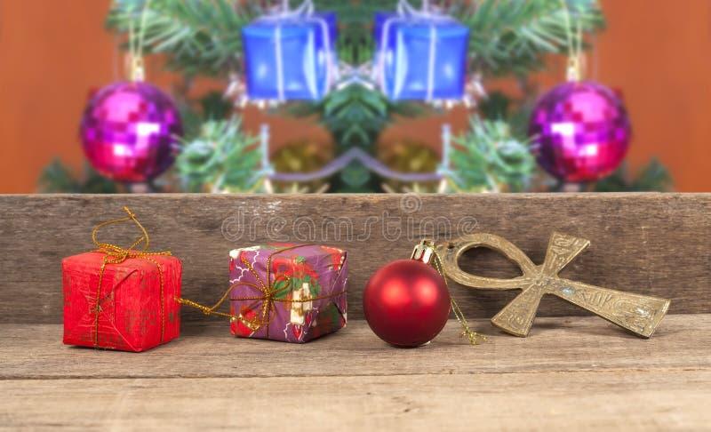 Julgåvaaskar, dekor framme av trä royaltyfri bild