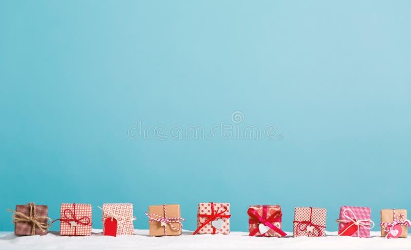 Julgåvaaskar i ett snö täckt landskap fotografering för bildbyråer