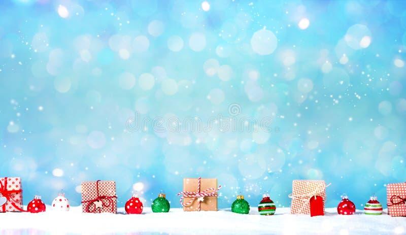 Julgåvaaskar i ett snö täckt landskap royaltyfri foto