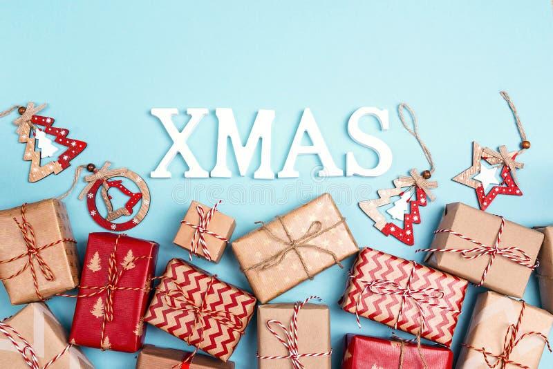 Julgåvaaskar med ordet XMAS på blå bakgrund royaltyfri foto