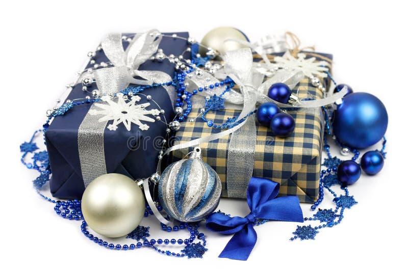 Julgåvaaskar och blått, silverbollcloseup royaltyfri foto
